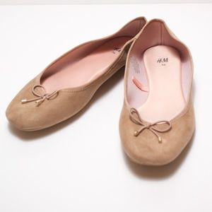 H&M Tan ballet flats with tassels. Dolly Shoes.